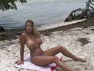 College bikini tube - Bimbo a gros seins se fait tirer a la plage