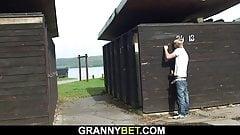 Procace bionda nonna succhia il cazzo arrapato dello sconosciuto