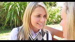 Preppy uczennica Mia Malkova. lesbijski pocałunek języka