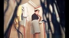 За милфой с большими сиськами шпионят в ванной перед скрытой камерой