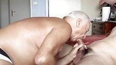 abuelo succiona polla