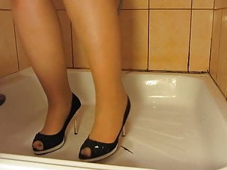 Mom pissing through pantyhose tube - Piss in pantyhose