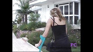 Fetisch-Concept.com - Treppensteigen und Outdoor mit Gipsbei