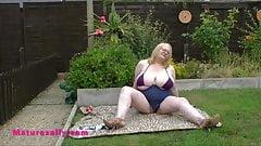 Социальная дистанция Салли с большими сиськами в ее саду