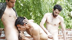 LatinMilk - симпатичный паренек глотает сперму в джунглях