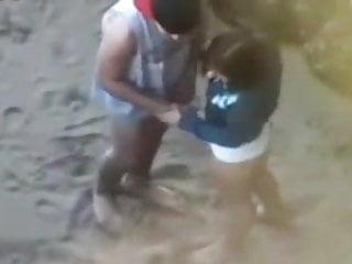 Amateur jeune voyeur Jeune couple qui baise sur la plage