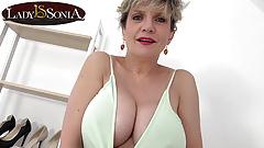 Es ist Titten-Zeit mit reifer Lady Sonia mit großen Möpsen