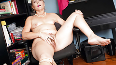 American gilf Justine pleasures her hairy pussy