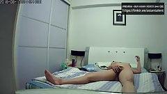 Mamá coreana se masturba mientras ve la cámara ip porno