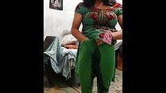 Une fille desi pose dans son legging