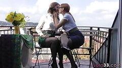 Lesbijska piękność zostaje zerżnięta przez strapon
