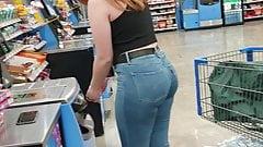 Rothaarige PAWG in Jeans mit versteckter Kamera