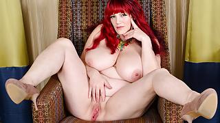 Busty BBW milf Roxee Robinson finger fucks her hot pussy