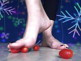 Short toes crush fetish Sweet feet playing crushing little toma-toes. sexy soles.
