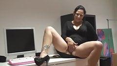 Geile MILF fingert sich am Schreibtisch ab