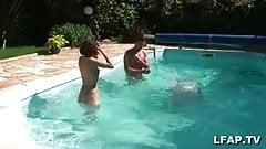Salope defoncee au bord de la piscine