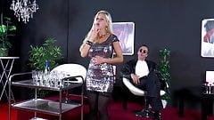 Die blonde Bombe bei klassischer Musik anal verwoehnt
