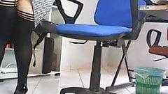 Скрытая камера под столом в офисе, шпионит за секретаршей в любительском видео