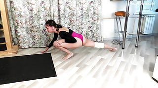 Milana Flexy spreading legs like a gymnast