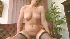 Donna matura che scopa