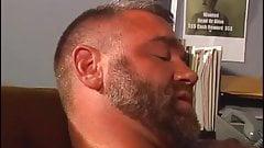 El prisionero barbudo se cepilla al policia oso