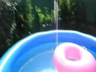 Dans public gay blog Elle suce dans sa piscine et recoit son jus dans la bouche