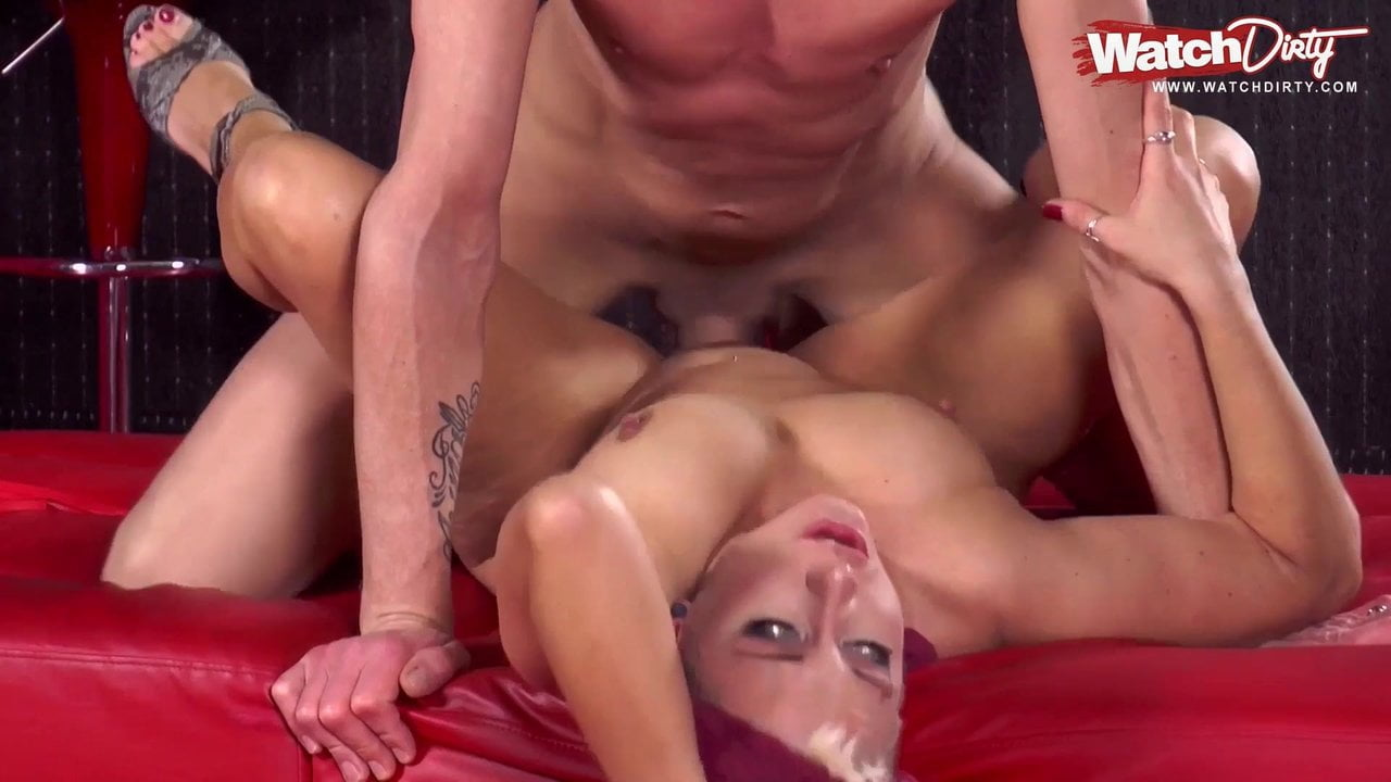 Blonde Milf fickt den Barkeeper in der Disco
