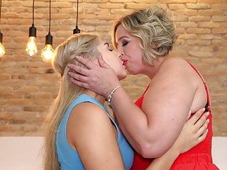 Lesbiam xxx Sexxy lesbiam gatinha de 20 anos vs mulher de 51 anos