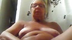 Бабушка мастурбирует, пока говорит грязно
