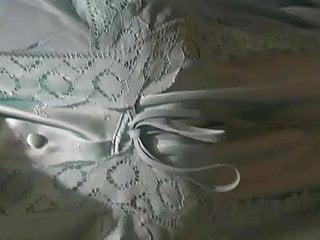 Long chemise lingerie Moi je marche habille dune chemise de nuit en satin
