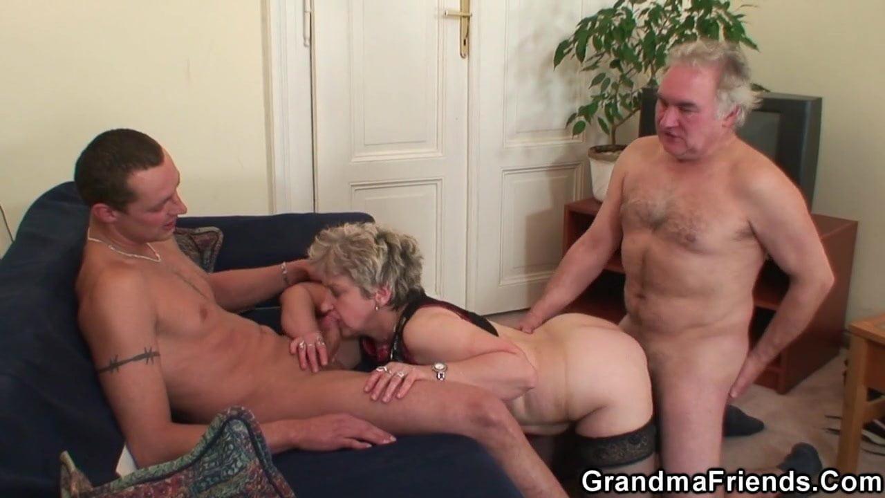 Пожилой муж привел молодого порно