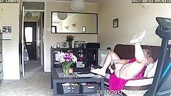 Żona sama w domu sprawdza swoją cipkę na ukrytej kamerze szpiegowskiej