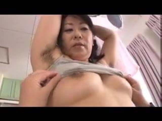 ワキ毛のだらしないポチャ体型五十路熟女母に欲情した子が押し倒し近親相姦セックス!