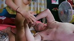 Ativo asiático transexual fode e goza em uma cliente imunda em cebu