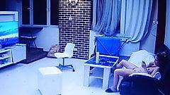 Naga dziewczyna w salonie z telefonem komórkowym