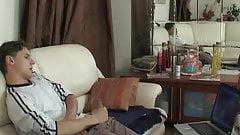 Une maman blonde sexy surprend son fils en train de se branler et couche avec lui