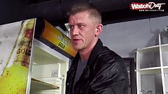 Blonde Milf fickt den Barkeeper in der Disco