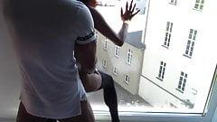 Zimmermaedchen am Hotelfenster gefickt und Gaeste sehen das
