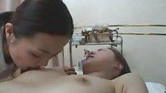 Японские девушки делают массаж