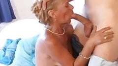 Бабушка любит ублажать