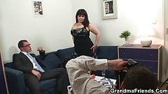 Cycata babcia połyka dwa kutasy po sesji zdjęciowej
