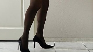 Cuming in pantyhose and heels