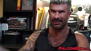 Muscular hunk rimms studs tight hole before fucking him