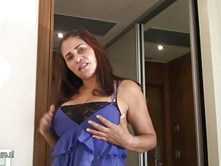 Wet pussy moms - Mature arab mom playing with her wet pussy