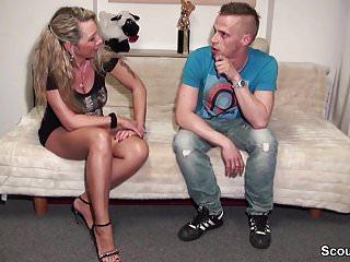 Gummy porn Jungspund wird von mutti besucht und darf ohne gummi ficken