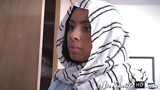 Arab babe Mia Khalifa gives horny cock sucking lessons