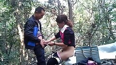 Prostituta callejera asiática fuckt en el bosque
