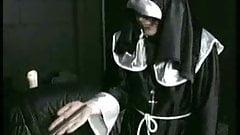 Deutscher Mönch versohlt Nonne