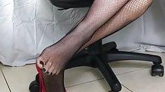 Сексуальные высокие каблуки и нейлон в чулках-сеточках