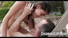 Une ado baise un vieux couple
